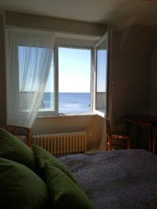 La Chambre d'hôte - En Bretagne Chez Colette - La mer vue depuis le lit